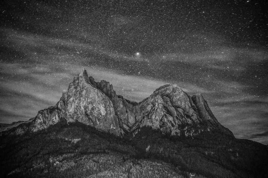Alpe di Siusi by night in bianco e nero - Foto di Giulia Cimarosti