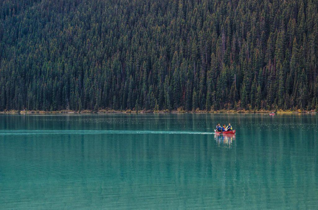 Canoa nel Lake Louise, Banff, Alberta
