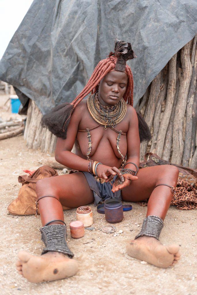 Donna Himba con unguento rosso