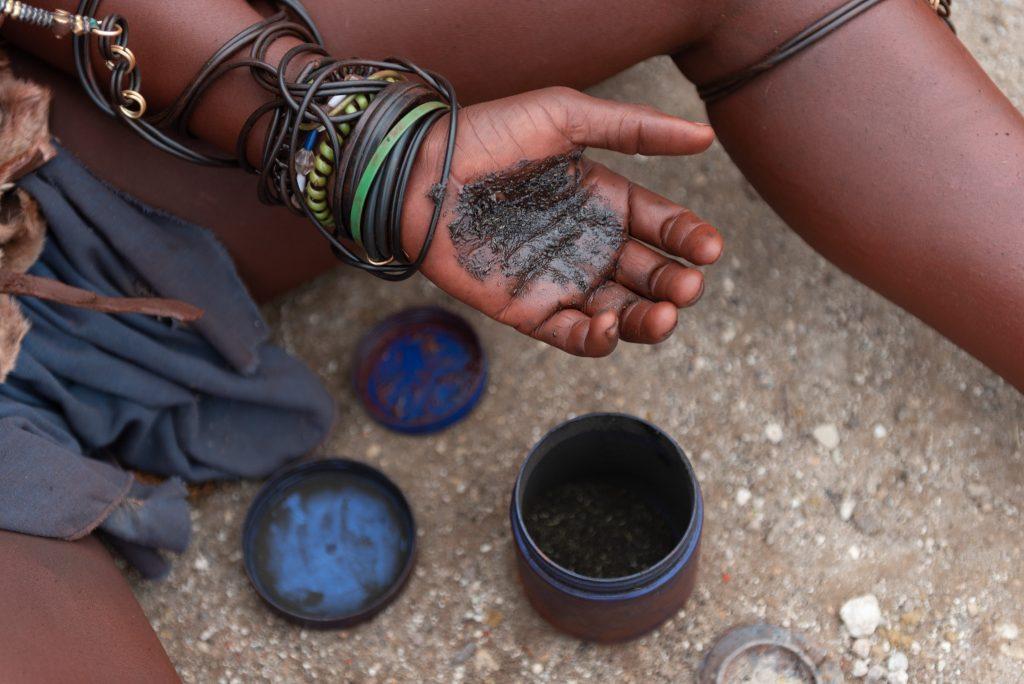 Donna Himba prepara erbe per il corpo