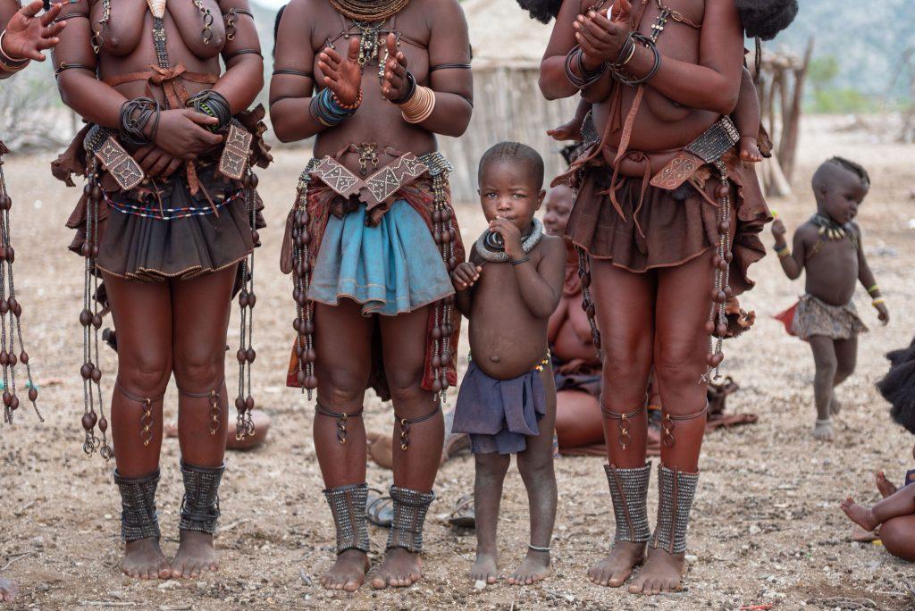 Bambino Himba tra donne Himba
