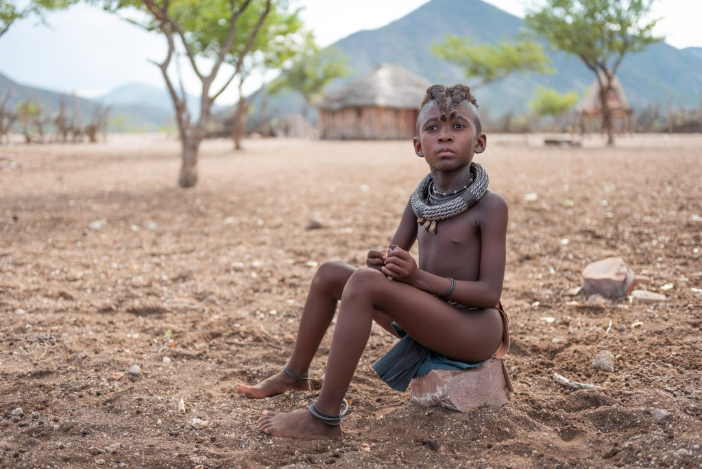Bambina Himba nel villaggio Himba