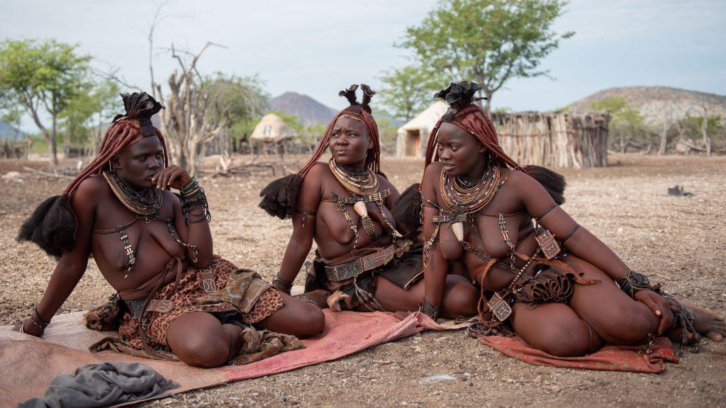 Donne Himba chiacchierano