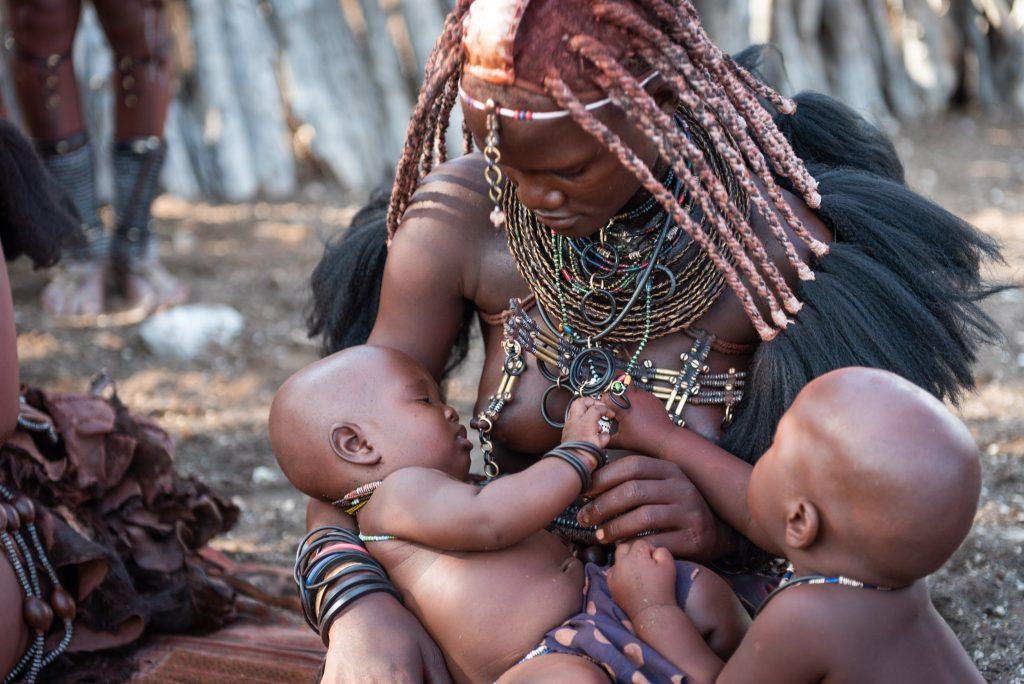 Donna Himba allatta