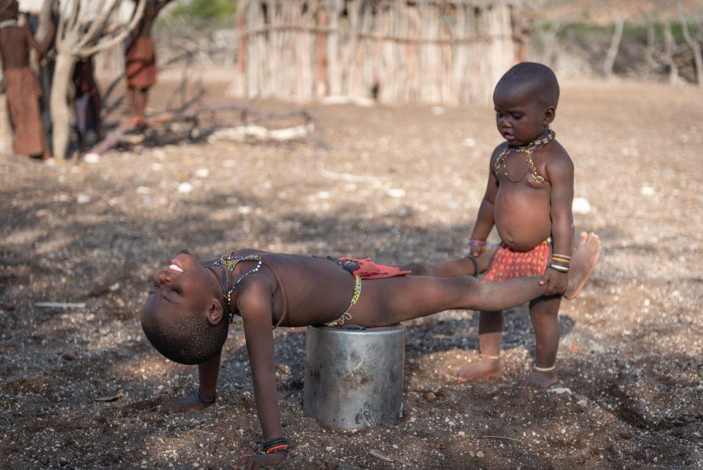 Bambini Himba giocano