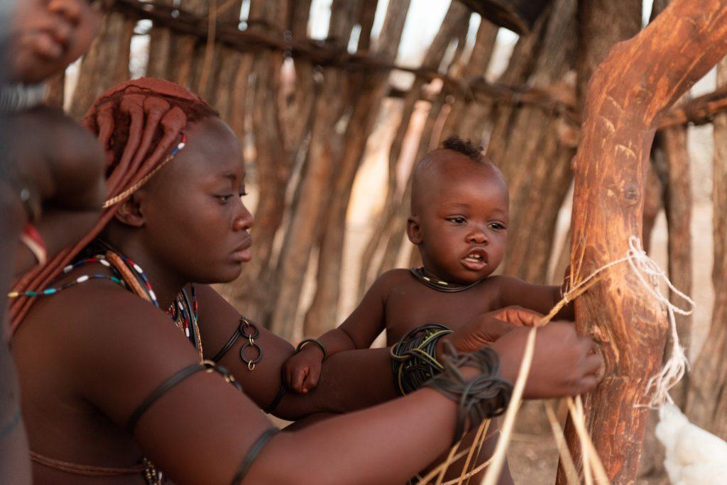 Donna Himba prepara braccialetti