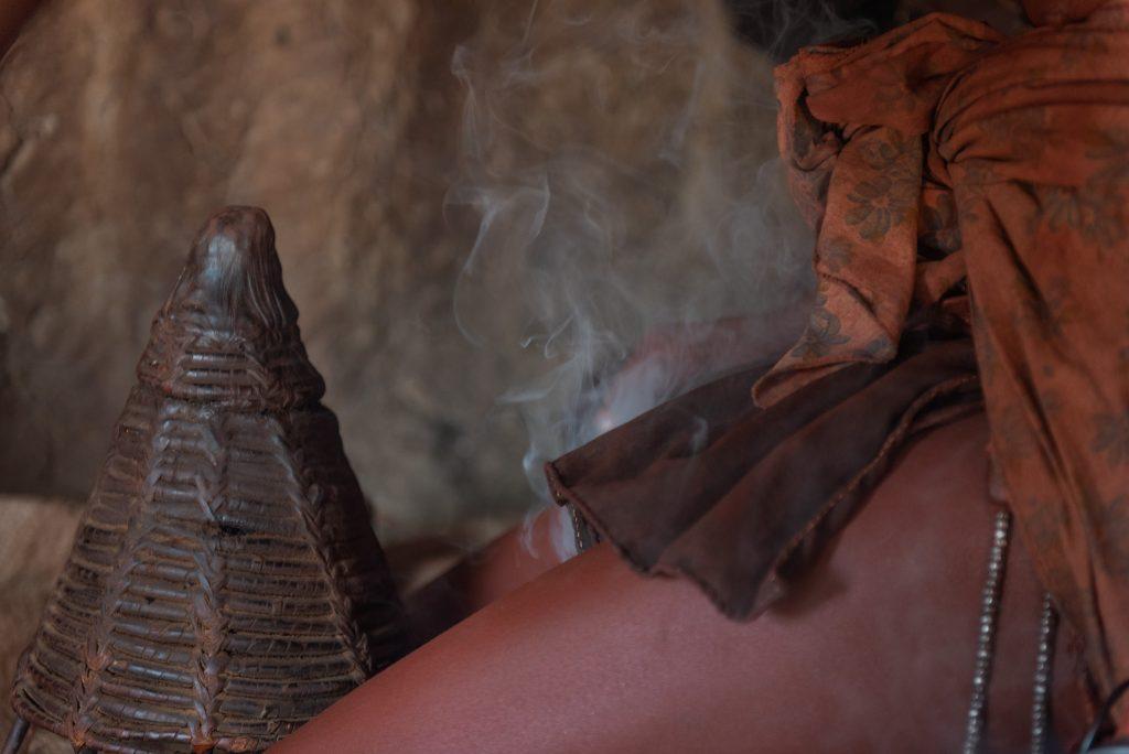 Lavaggio col fumo di una donna Himba