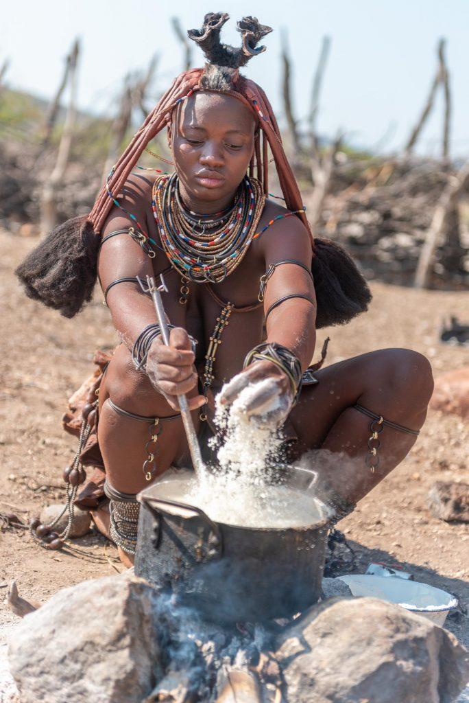 Donna Himba che cucina