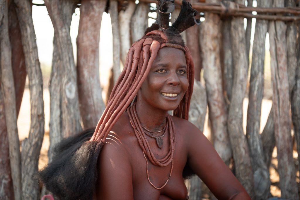 Donna Himba coi caratteristici capelli ricoperti di ocra e burro