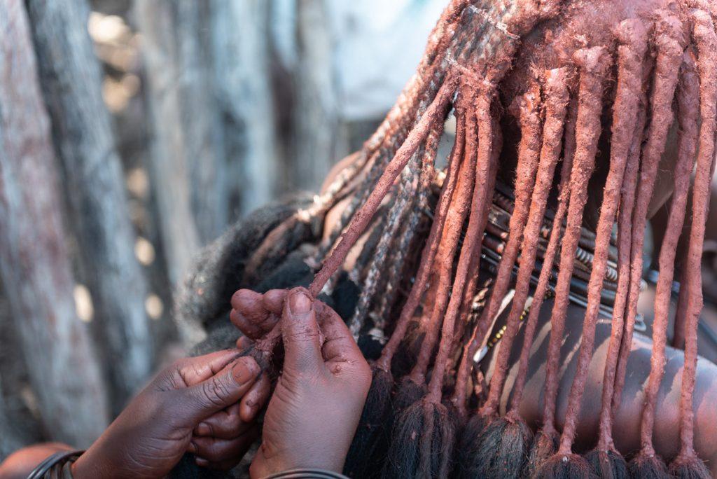 Facendo le trecce delle donne Himba