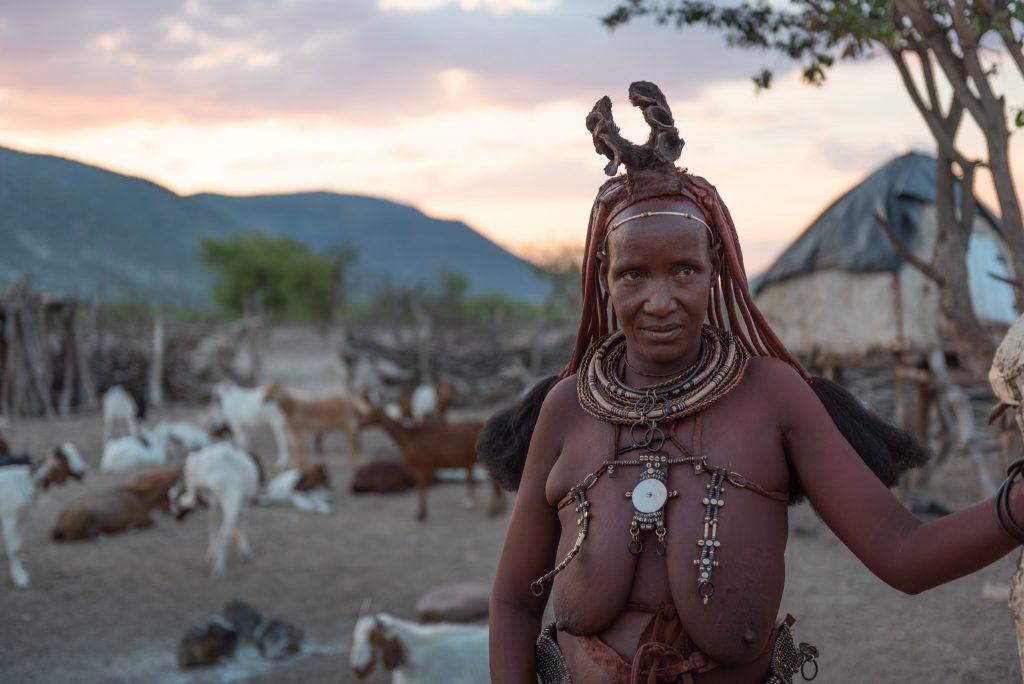 Donna Himba al tramonto, Namibia
