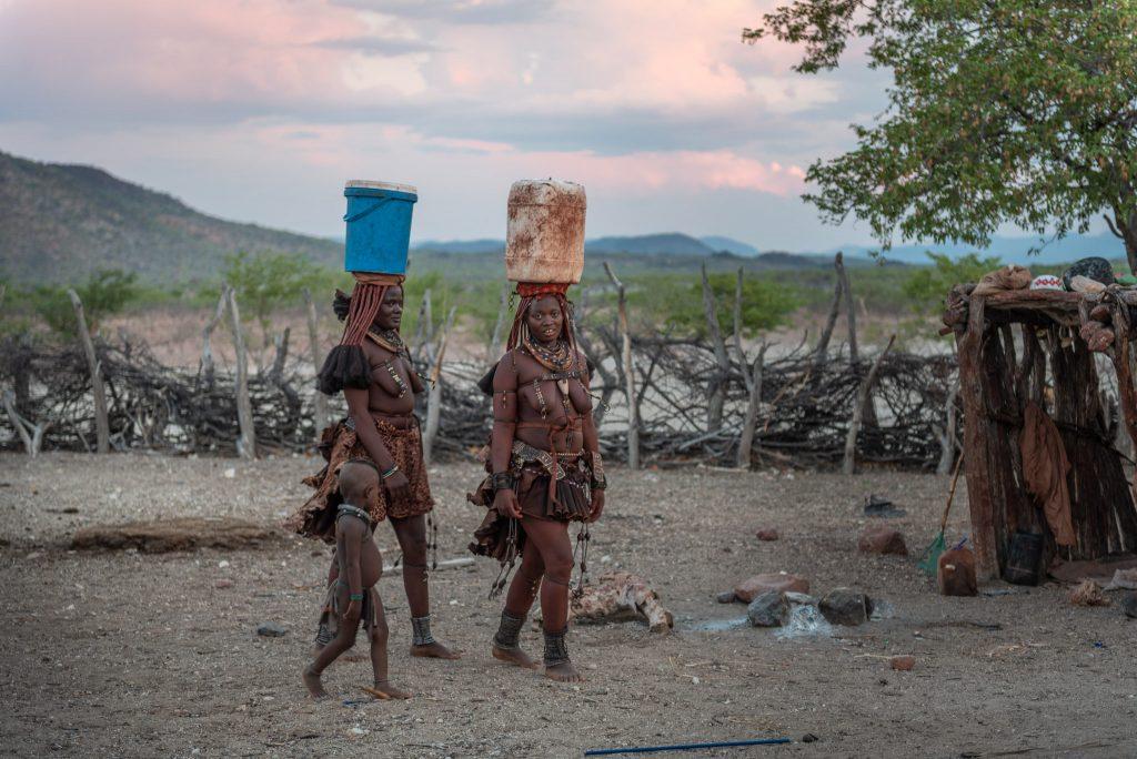 Donne Himba a prendere l'acqua