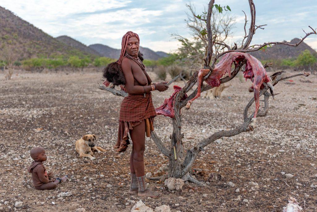 Donna Himba Scuoia la Capra