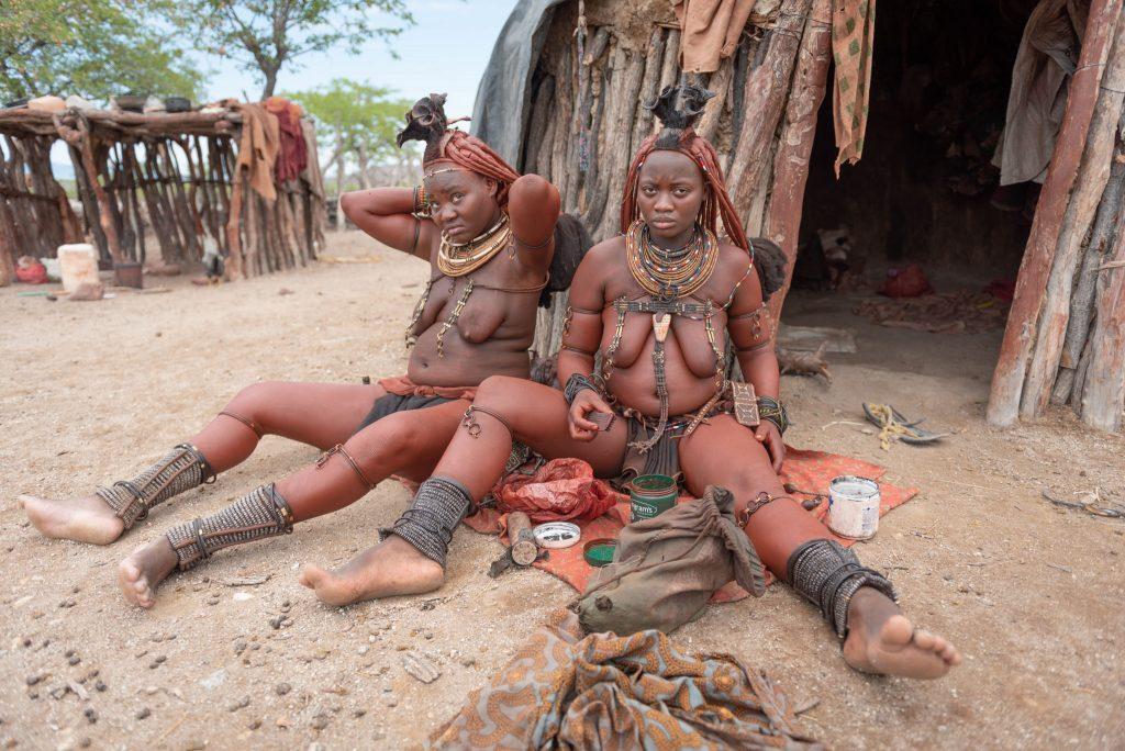 Donne Himba si applicano il colore rosso