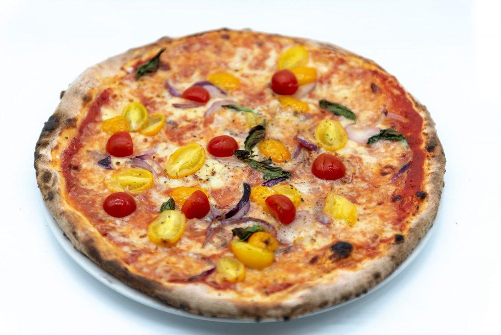 Food photography: pizza di tre quarti (light box)